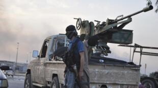 Un combatiente del grupo Estado Islámico, el 11 de junio de 2014, en un retén de Mosul.