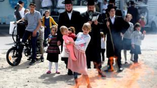 Judeus ultra-ortodoxos celebram a Páscoa em Jerusalém, em 10 de abril de 2017.