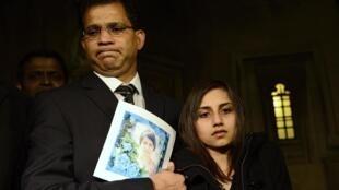 Marido e filha de Jacintha Saldanha seguram foto da enfermeira em Londres nesta segunda-feira.