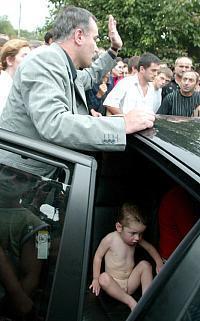 Руслан Аушев с одним из спасенных детей из школы №1