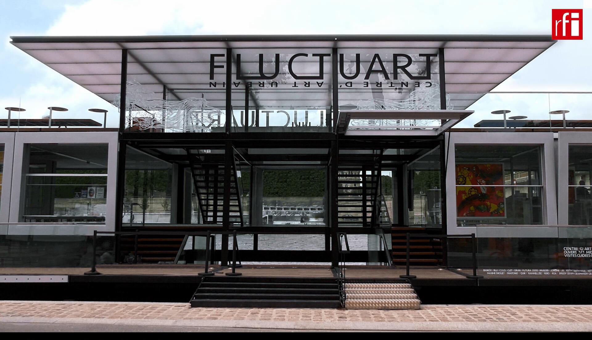 Fluctuart se encuentra al pie de Puente de los Inválidos, sobre el río Sena.