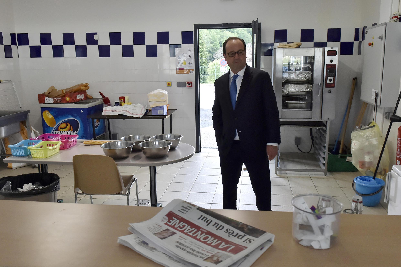 Франсуа Олланд посещает кухню спортивного центра в городе Тюль в Коррезе, Франция, 7 мая 2017 г.