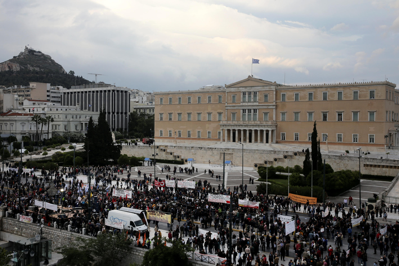 Des manifestants rassemblés devant le Parlement, alors que les législateurs grecs votent un nouveau plan d'austérité.