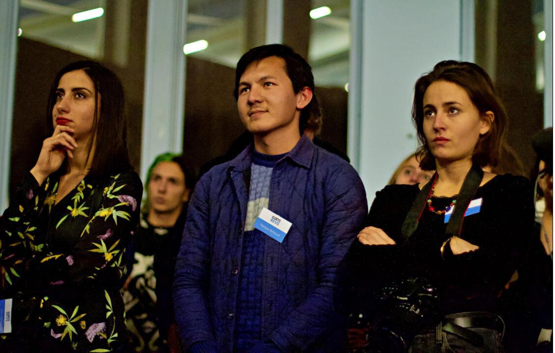 L'équipe de Guiti News avec Mortaza Behboudi au centre.