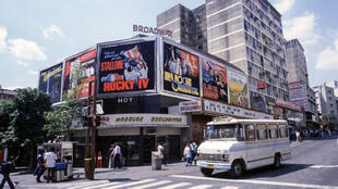 Fachada de un cine en 1986 en Caracas, Venezuela.
