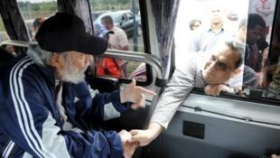 Sentado em seu carro, Fidel Castro cumprimenta um visitante venezuelano neste sábado, 4 de abril de 2015.