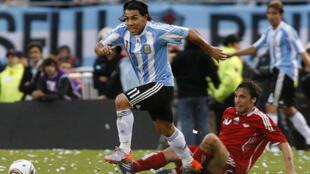 Carlos Tévez se escapa del defensor canadiense Daniel Imhof. Argentino goleó y gustó antes de viajar a Sudáfrica.