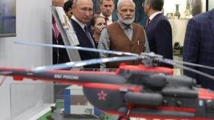 Tổng thống Nga, Vladimir Putin (T) và thủ tướng Ấn Độ Narendra Modi bên lề diễn đàn kinh tế Vladivostok, Nga. Ảnh ngày 04/09/2019.