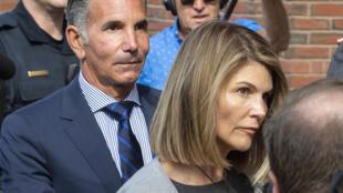 La actriz Lori Loughlin y su esposo Mossimo Giannulli, aquí en una foto de agosto de 2019 frente a la corte federal de Boston, se declararon finalmente culpables de pagar sobornos para que sus dos hijas entraran a una buena universidad, en un intento de obtener sentencias más leves