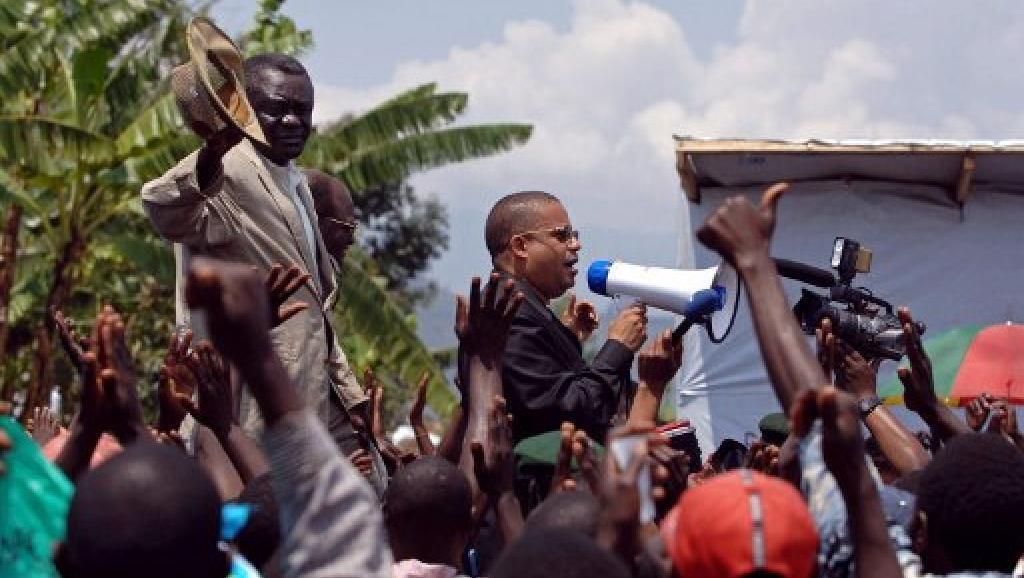 Mwenyekiti wa chama cha mawakili DRC, Jean-Claude Muyambo (akiwa na kipaza sauti)  2007.