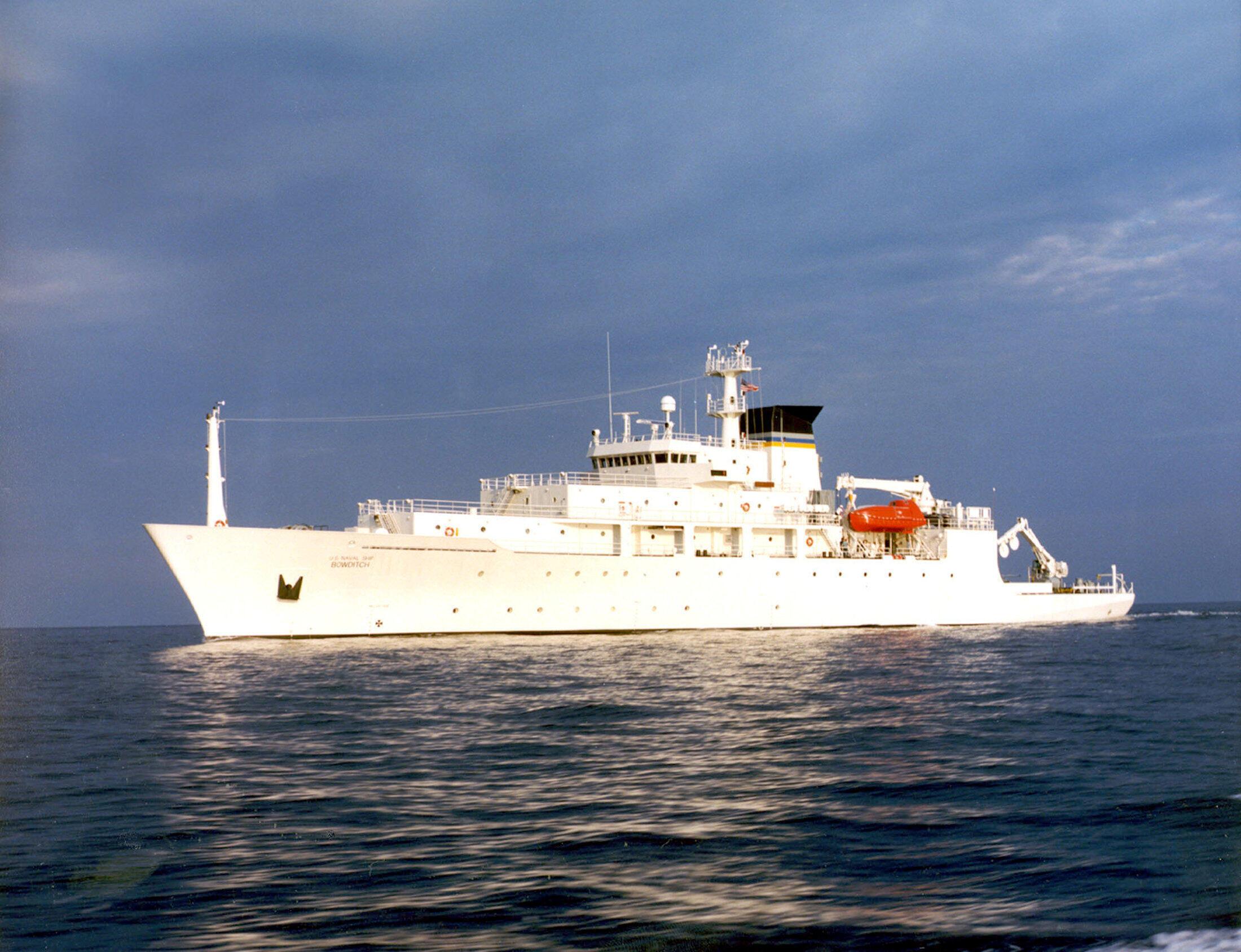 Tàu thăm dò hải dương của Mỹ USNS Bowditch.