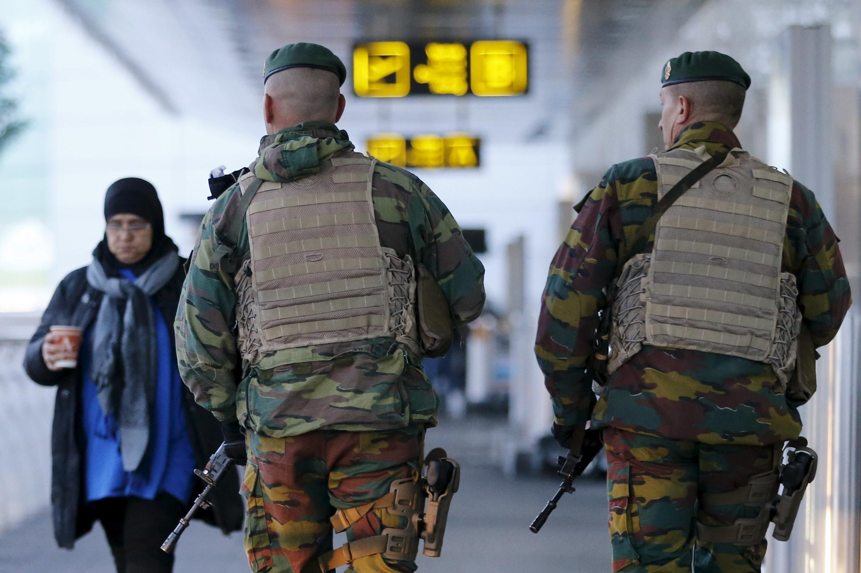 Des soldats belges à l'aéroport international de Zaventem, près de Bruxelles, le 21 novembre 2015.