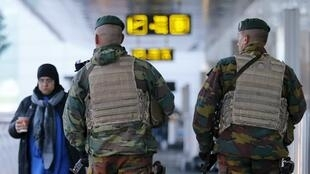 Des soldats belges en patrouille à l'aéroport international de Zaventem, près de Bruxelles, en novembre 2015.