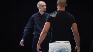Сцена из спектакля «Антигона», постановка Оливье Пи и Энцо Верде в тюрьме Le Pontet
