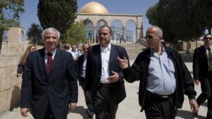 Selon le ministre de l'Intérieur Hussein Majali (ici au centre, en Israël), l'opinion publique jordanienne estime que l'augmentation des crimes est due à la non application de la peine de mort.