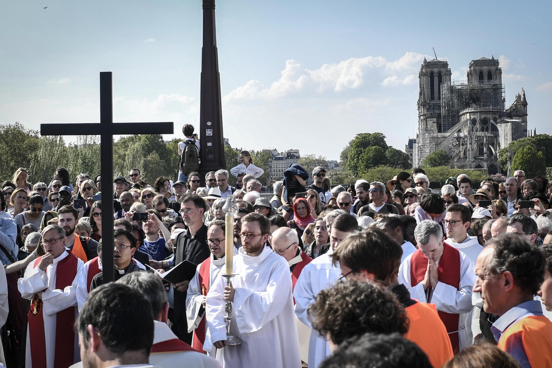 Giáo dân tham gia Chặng Đàng Thánh Giá trong Tuần Thánh, gần Nhà thờ Đức Bà Paris, ngày 19/04/2019.