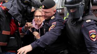 Cảnh sát bắt người biểu tình ủng hộ các ứng viên đối lập của cuộc bầu cử địa phương, tại Mátxcơva ngày 03/08/2019.