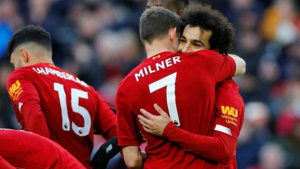 Mohamed Salah félicité par ses coéquipiers lors du match gagné par Liverpool contre Watford.