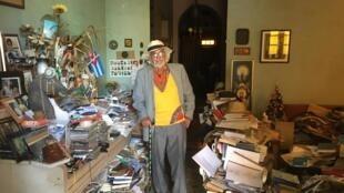 Malgré ses plus de 5000 livres, l'universitaire et ex-journaliste Enrique Lopez Oliva dans sa maison de La Havane sait où chaque ouvrage se trouve.