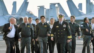 Thủ tướng Nhật Shinzo Abe (G), cùng Chris Bolt, thuyền trưởng tàu sân bay USS Ronald Reagan, ngày 18/10/2015