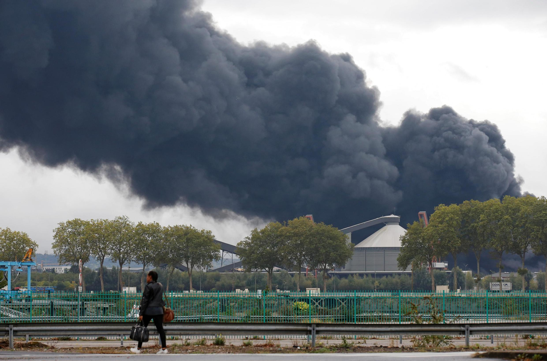 Khói bốc lên từ vụ hỏa hoạn ở nhà máy Lubrizol, Rouen, Pháp, ngày 26/09/2019