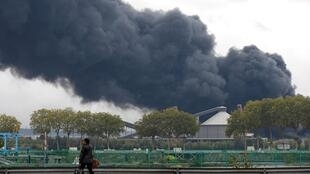 La fumée s'échappe du grand incendie dans l'usine de Lubrizol à Rouen. Quatre jours après, la population reste toujours inquiète.