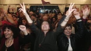 Eleitores do Syriza comemoram primeiros resultados das eleições.