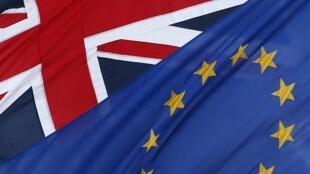 Les drapeaux européen et britannique.