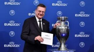 O presidente da Federação Nacional de Futebol Alemã, Reinhard Grindel, contente com a notícia