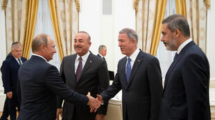 Tổng thống Nga Vladimir Putin tiếp các quan chức Thổ Nhĩ Kỳ (từ trái qua): Ngoại trưởng Mevlut Cavusoglu, bộ trưởng Quốc Phòng Hulusi Akar và lãnh đạo tình báo Hakan Fidan tại điện Kremlin, Matxcơva ngày 24/08/2018.