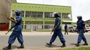 Maafisa wa polisi mbele ya jengo la Redio RPA, Bujumbura, Aprili 26, 2015.