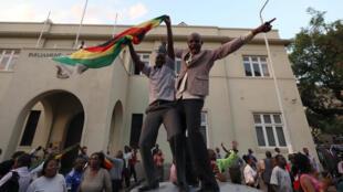 Des manifestants célèbrent la démission de Robert Mugabe, le 21 novembre 2017 dans les rues de Harare.