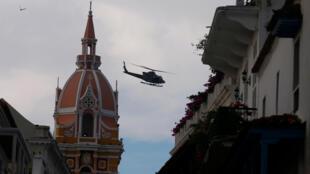 Un hélicoptère militaire patrouille dans le ciel de Carthagène, en Colombie, quelques heures avant la signature de l'accord de paix avec les FARC.