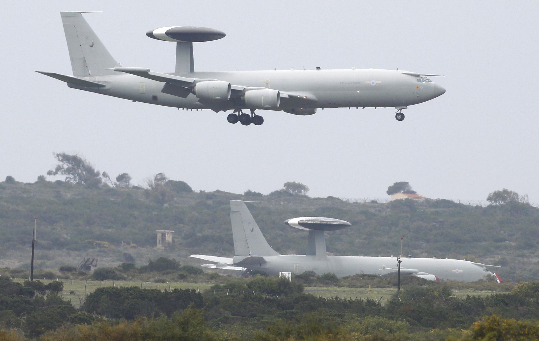 Một chiếc AWACS của Không quân Mỹ đáp xuống căn cứ Akrotiri trên đảo Cyprus ngày 20/03/2011.