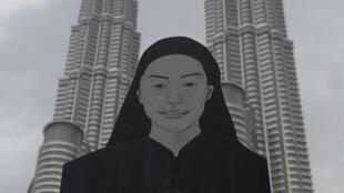 Un manifestant tient un portrait d'Altantuya Shaariibuu, lors d'une manifestation à Kuala Lumpur, le 28 mars 2015.