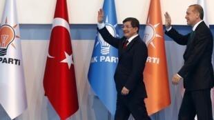 Ahmet Davutoglu et Recep Tayyip Erdogan, le mercredi 27 aout 2014 à Ankara lors du congrès extraordinaire de l'AKP.