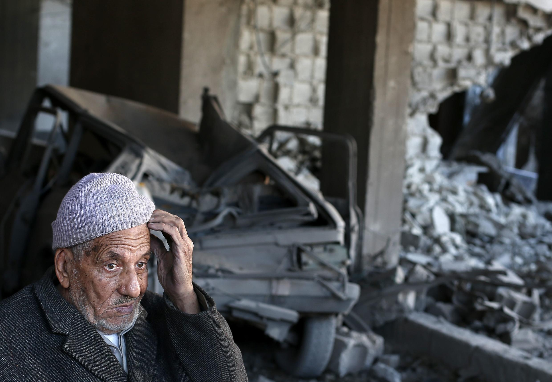 Un Palestinien contemple les ruines à l'intérieur d'une maison touchée par une frappe aérienne de l'armée israélienne.