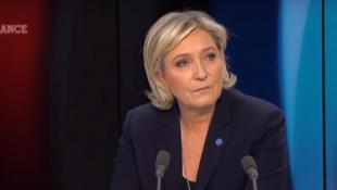 Marine Le Pen durante entrevista concedida à RFI e ao canal de televisão France 24