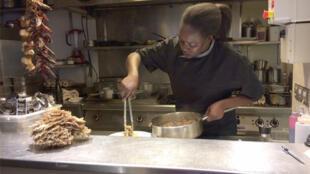 Aïda Mbengue Dibling, dans la cuisine de son restaurant parisien La Vie d'Ange.