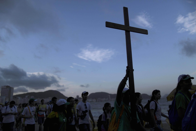 Thanh niên chuyển thánh giá ra bãi biển Copacabana, chuẩn bị cho Đại hội Thanh niên Công giáo JMJ ngày 23/07/2013.