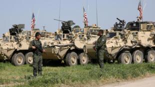 Veículos militares americanos na cidade de Darbasiya ao lado da fronteira turca, Síria em 29 de abril de 2017.