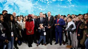 Tổng thống Macron chụp với trẻ em sau khi phát biểu kết thúc thượng đỉnh khí hậu Paris ngày 12/12/2017.