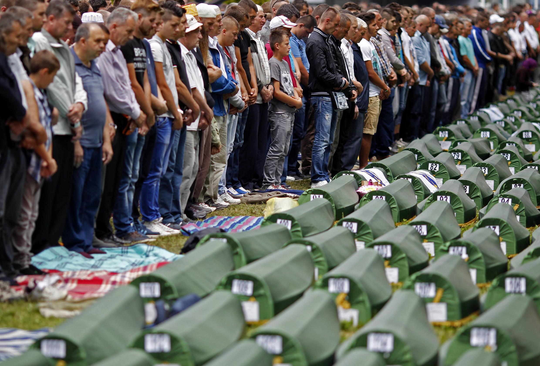 Prière des familles musulmanes aux funérailles des 175 victimes identifiées du massacre de Srebrenica en 1995, à Potocari, près de Srebrenica, le 11 juillet 2014.
