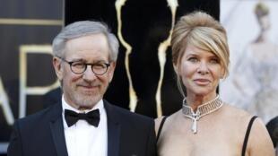 Steven Spielberg et son épouse lors de la cérémonie des Oscars 2013. Le cinéaste sera le président du prochain Festival de Cannes.