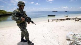 Lính Philippines tuần tra trên bờ biển đảo Pagasa, thuộc quần đảo Trường Sa. Ảnh chụp ngày 11/05/2015.