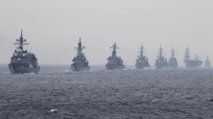 日本军舰2012年10月14日在东京南相模海湾检阅