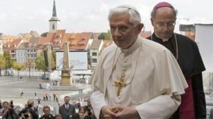 Папа Бенедикт XVI в сопровождении Иоахима Ванке, Епископа эрфуртского. Эрфурт 23/09/2011
