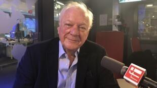 O jornalista Alan Riding nos estúdios da RFI.
