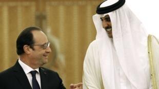 Le président François Hollande et l'émir du Qatar Tamim Ben Hamad al-Thani lors de la visite du chef d'Etat français à Doha, le 4 mai 2015.