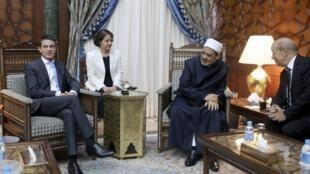 """ملاقات مانوئل والس، نخست وزیر فرانسه با """"شیخ احمد الطیب""""، رئیس دانشگاه الازهر در قاهره. ژان ایو لودریان، وزیر دفاع فرانسه نیز در این دیدار حضور دارد. ١٩ مهر/ ١١ اکتبر ٢٠١۵"""